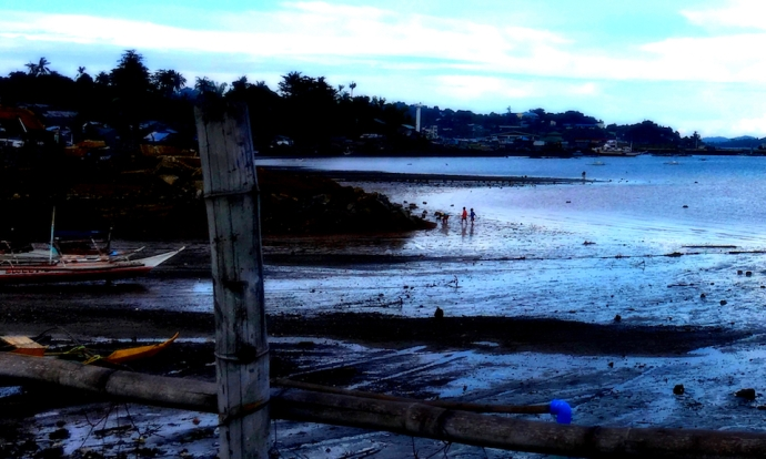 kid play on the shoreline